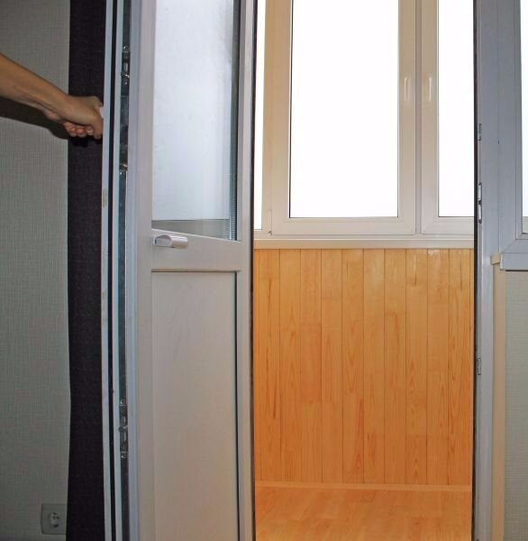 Замена стеклопакета в балконной двери..